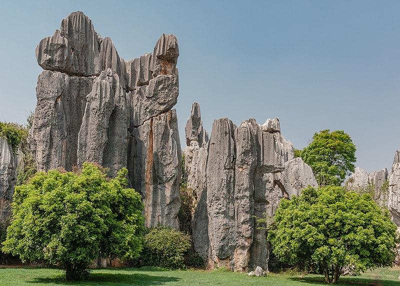 800px-shilin_yunnan_china_shilin-stone-forest-12