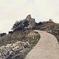 """Strada in salita per arrivare al sito archeologico """"Torre di Satriano"""" (Tito - Basilicata).jpg"""