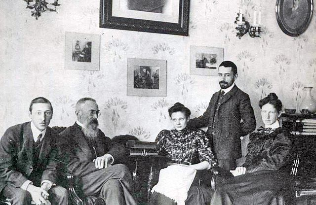 Стравинский и Римский-Корсаков (сидят вместе слева) в 1908 году