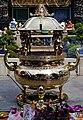 Taipeh Longshan-Tempel Zweiter Hof Räucherstäbchenhalter am Tag.jpg