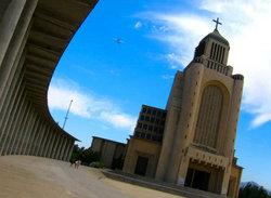 El Templo Votivo de Maipú, uno de los templos católicos más grandes de Santiago, fue construido en honor a la Virgen del Carmen, patrona del Ejército de Chile.