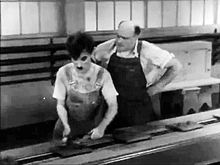 تشارلي شابلن في مشهد من فيلم الأزمنة الحديثة (1936).