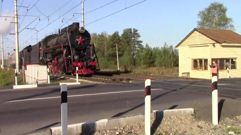 Файл:The steam locomotives in the village of Criulino.webm
