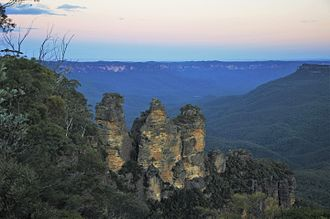 Blue Mountains (New South Wales) - The typical blue haze in the Jamison Valley behind the Three Sisters, New South Wales, Australia.