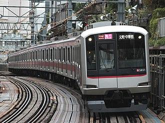 Tōkyū Tōyoko Line - Image: Tokyu 5851 Daikanyama 121202