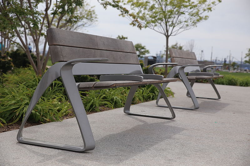 https://upload.wikimedia.org/wikipedia/commons/thumb/e/e3/Two_Park_Benches.JPG/800px-Two_Park_Benches.JPG