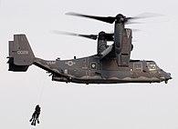 Dos buzos SEAL siendo izados por un convertiplano CV-22 Osprey.