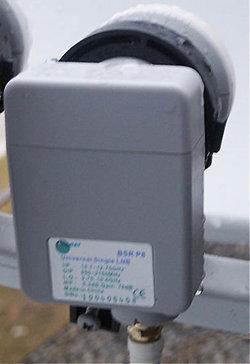 Η πίσω όψη ενός απλού universal LNB τοποθετημένο σε WaveFrontier δορυφορικό πιάτο
