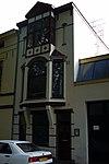 foto van Blokvormig pand, geheel gepleisterd, met verdieping en mezzanino onder flauwhellend, met pannen gedekt schilddak