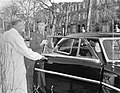Vertrek Prinses Beatrix uit Academisch Ziekenhuis Utrecht. Bij de autodeur prins, Bestanddeelnr 907-0134.jpg
