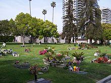 Vista do cemitério do Westwood Village Memorial Park para o Nordeste