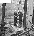 Wethouder R. Langerak heit eerste paal voor jeugdherberg aan de Rochussenstraat , Bestanddeelnr 913-1075.jpg