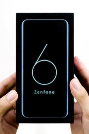 En rektangulær svart boks med et preget blått nummer seks