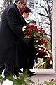Ziedu nolikšana pie Brīvības pieminekļa (6357932813).jpg