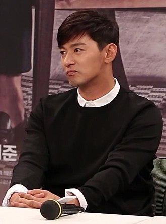 Joo Jin-mo - Image: (TV10) 최지우와 주진모의 완벽한 케미 캐리어를 끄는 여자 제작발표회 주진모 55s