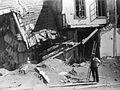 Ødelagt hus på Vallø oljeraffineri - Vallø ruin hus 11 med mann.jpg