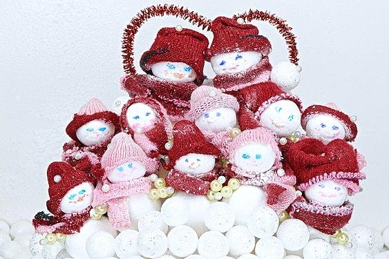 Группа игрушечных снеговиков изготовленная своими руками из подручных материалов.jpg