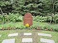Могила Греты Гарбо на кладбище Скугсчюркугорден, Стокгольм.jpg