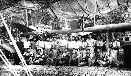 Photo of Soviet anti-air instructors and North Vietnamese crewmen, taken in the spring of 1965 at an anti-aircraft training center in Vietnam Uchitelia i ucheniki. Foto, sdelannoe vesnoi 1965 g. v zenitno-raketnom uchebnom tsentre vo V'etname.jpg