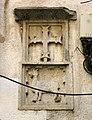 089 Creu i escut dels Cabrera, façana de l'antic Ateneu d'Hostalric.jpg