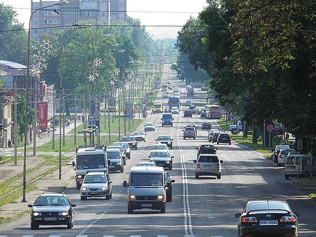 https://upload.wikimedia.org/wikipedia/commons/thumb/e/e4/18._novembra_iela%2C_Daugavpils.jpg/640px-18._novembra_iela%2C_Daugavpils.jpg