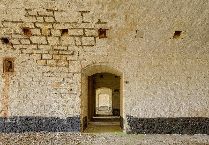 This file was uploaded  with Commonist.         This photograph was taken with a Nikon D300.    Fort du Lomont: dans les chambrées de la batterie Nord (HDR).