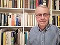 2018-09-20 Archivar Klaus Mlynek vor einer Bücherwand in seiner Wohnung.jpg