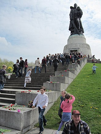 Soviet War Memorial (Treptower Park) - Visitors at the 65th Victory Day celebration laying flowers