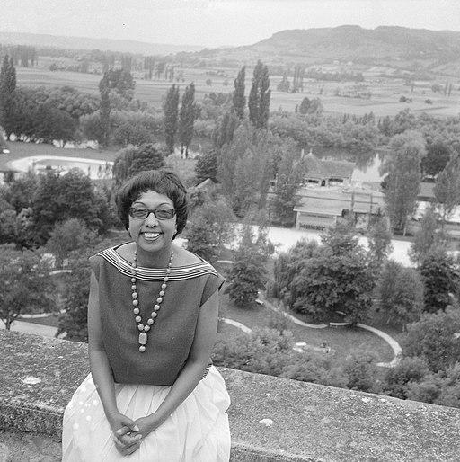 Afhalen van Josephine Baker in Frankrijk Josephine in haar tuin Les Milandes, Bestanddeelnr 912-6479
