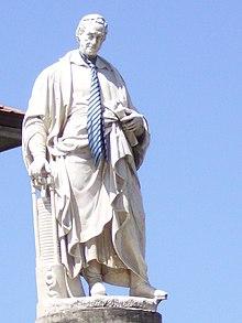 Statua di Alessandro Volta con toga e cravatta al collo