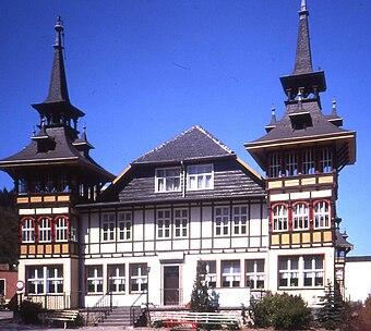 File:Alexisbad Harz, DDR. Former Deutsche Reichsbahn Erholungsheim May 1990.jpg (Quelle: Wikimedia)
