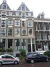 foto van Pand met pilastergevel van ongebruikelijk ontwerp, met attiekverdieping en tot punttop gewijzigde beëindiging