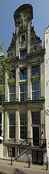 foto van Pand met zandstenen pilaster-halsgevel met oeils-de-boeuf en gevelsteen
