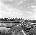 Arbeiders bij een sluis in de polder van Nickerie, Bestanddeelnr 252-5564.jpg