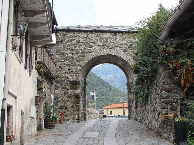 File:Arco di ingresso al centro storico.JPG