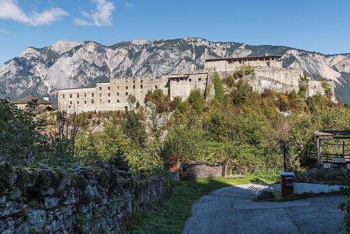 Arnoldstein Ruine des Benediktinerklosters und Dobratsch S-Ansicht 05102016 4723
