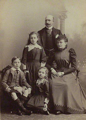 The Duke and Duchess of Connaught with their children in 1893. ArthurConnaughtfamille.jpg