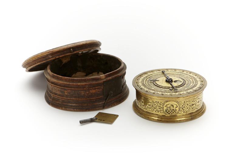 File:Astronomiskt ur med fodral av masurbjörk - Skoklosters slott - 91926.tif
