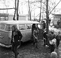 Az Omega együttes tagjai, Molnár György és Laux József tévé átadására érkeznek egy általános iskolához. Fortepan 89644.jpg