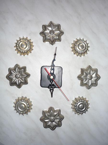 File:Bábovičkové hodiny stříbrné.jpg