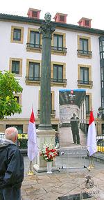 Banderas de Bilbao al pie del monumento a Miguel de Unamuno.