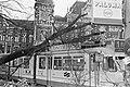 Boom op tram gevallen bij Centraal Station Amsterdam door hevige storm, Bestanddeelnr 926-0181.jpg