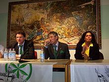 Umberto Bossi (al centro) nel 2005 al rientro dopo la malattia, parla a un incontro del Movimento Giovani Padani con lui Giancarlo Giorgetti e Rosy Mauro