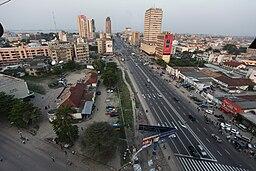 30. juni-boulevard i det centrale Kinshasa, med Kongofloden i baggrunden.