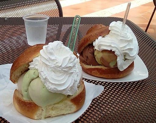 Brioche gelato con panna