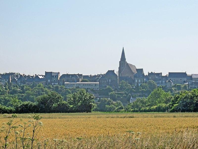 Le village de Brissac-Quincé (Maine-et-Loire) avec l'église Saint-Vincent (vitraux du16e siècle).  Le 1er juin 1964, Quincé est rattaché à Brissac ce qui donne la commune de Brissac-Quincé.  The village of Brissac-Quince (Maine-et-Loire) with the church of St. Vincent (windows du16e century).  1 June 1964, is attached to Brissac Quince which gives the town of Brissac-Quince.