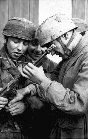 Operation Ochsenkopf - Image: Bundesarchiv Bild 101I 788 0009 08A, Tunesien, Fallschirmjäger bei Untersuchung von MP