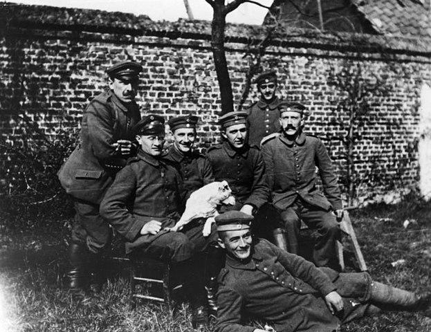 Гитлер среди сослуживцев (сидит справа), 1914 год