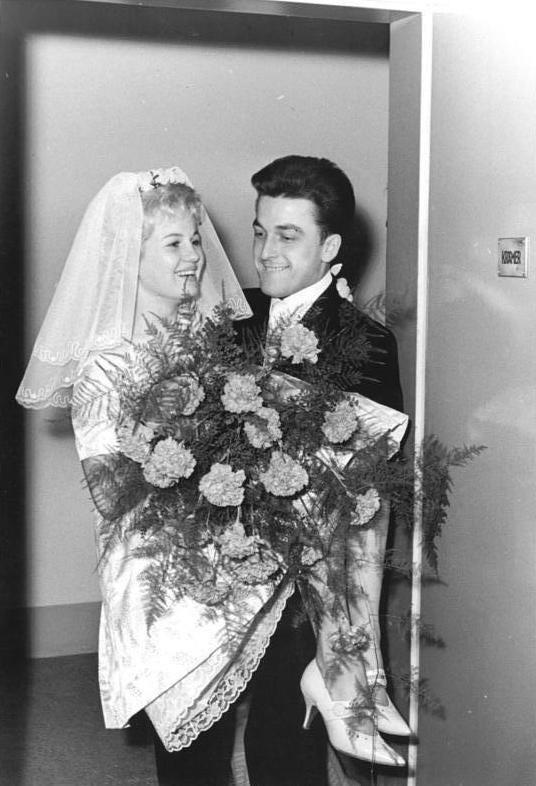 Bundesarchiv Bild 183-B1109-0017-001, Dresden, Heirat Ingrid Krämer, Hein Engel