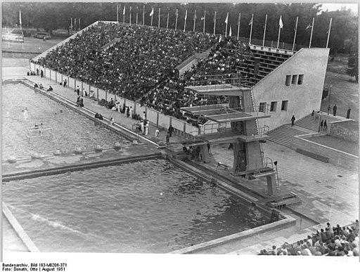 Blick aufs Karl-Friedrich-Friesen-Stadion in den 1950ern. Mit Sprungbecken, Sprungturm und gefüllter Tribüne.